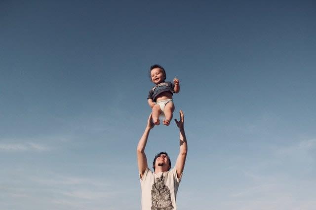 Seorang ayah menggendong anaknya. PEXELS/Dominika Roseclay.