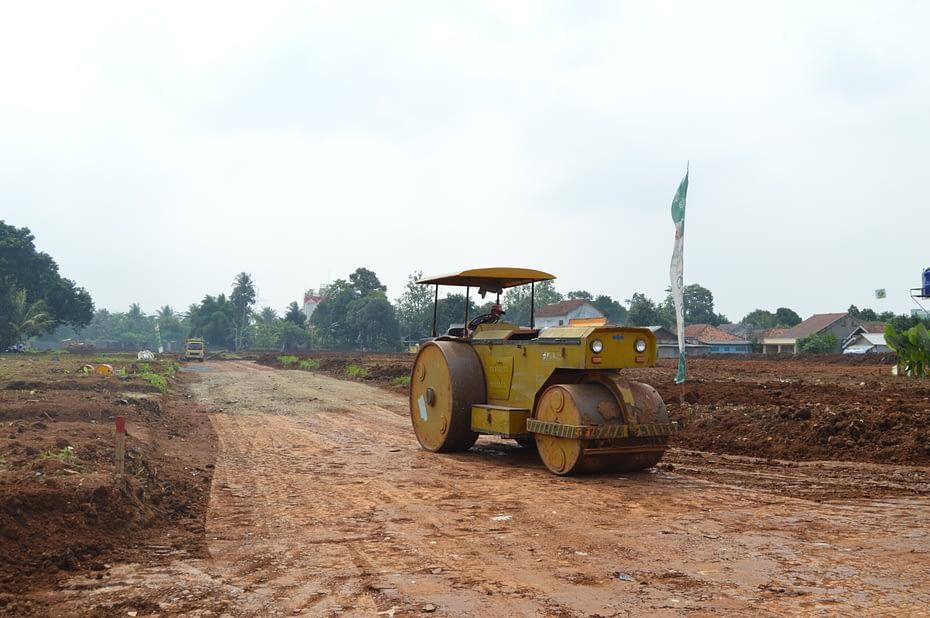 Alat berat melakukan pematangan lahan di Kawasan Serpong, Tangerang Selatan. LEBIHDALAM/Rendy A. Diningrat