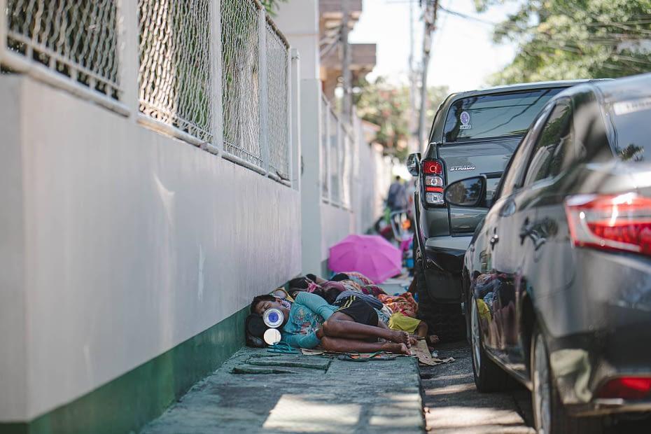 Seorang anak tertidur di bahu jalan. Pexels/Denniz Futalan