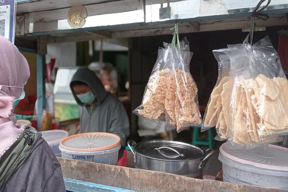 Seorang ibu di Tangerang membeli makanan di gerobak dagang saat pandemi COVID-19. LEBIHDALAM/Rendy A. Diningrat