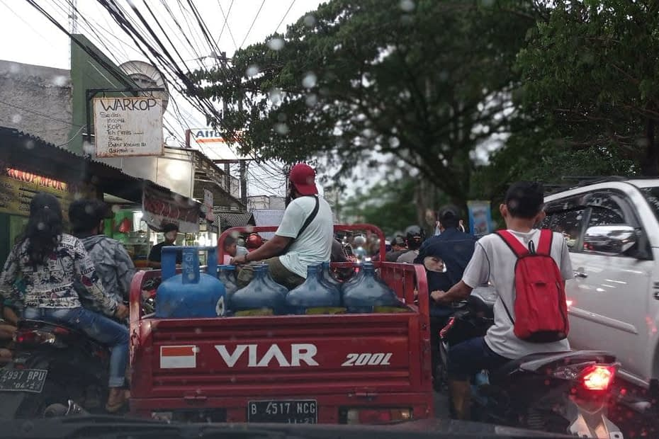 Macet di kampung kota, Tangerang. LEBIH DALAM/ Rendy A. Diningrat