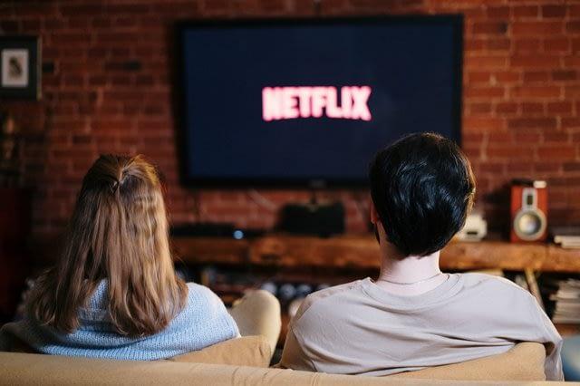 Sepasang kekasih sedang menonton tayangan Netflix. PEXELS/Cottonbro