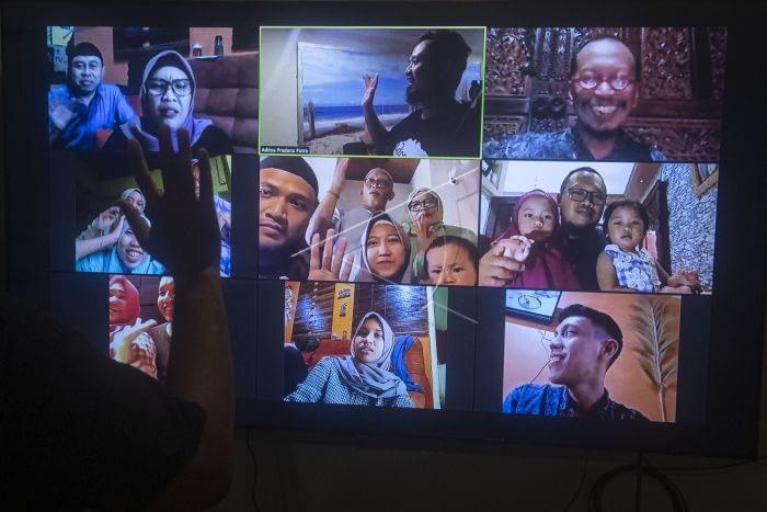 Sejumlah umat Islam melakukan silaturahmi Hari Raya Idul Fitri dengan keluarganya dengan menggunakan panggilan video secara daring di Jakarta. ANTARA FOTO/Akbar Nugroho Gumay.