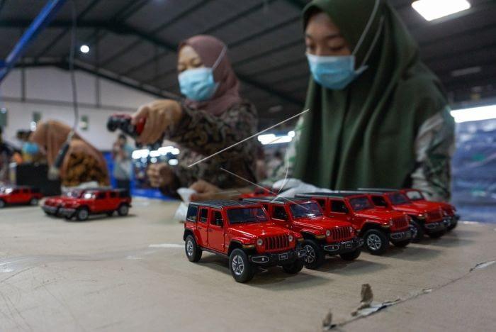 Pekerja memproduksi miniatur mainan mobil di PT. Wanho Industries Indonesia, Kabupaten Batang, Jawa Tengah. ANTARA FOTO/Harviyan Perdana Putra.