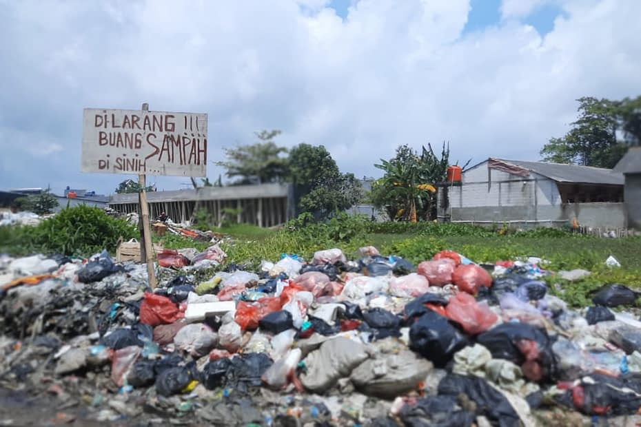 Timbunan sampah plastik di area tanah kosong, Tangerang. LEBIHDALAM/ Rendy A. Diningrat