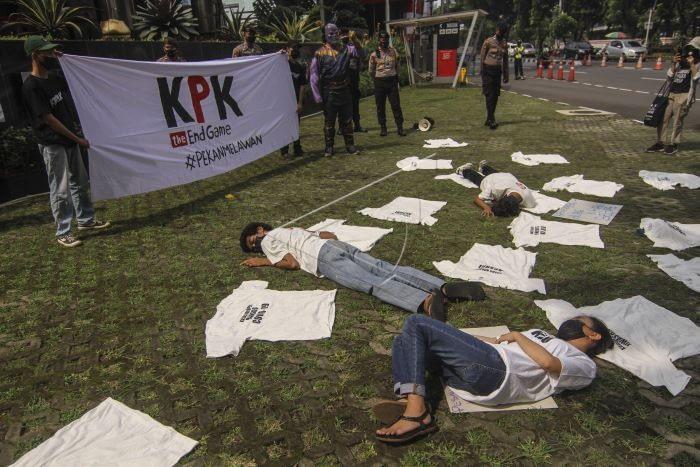 Massa aksi yang tergabung dalam serikat buruh dan masyarakat sipil melakukan aksi teatrikal di depan Gedung Merah Putih KPK, Jakarta. ANTARA FOTO/Asprilla Dwi Adha.