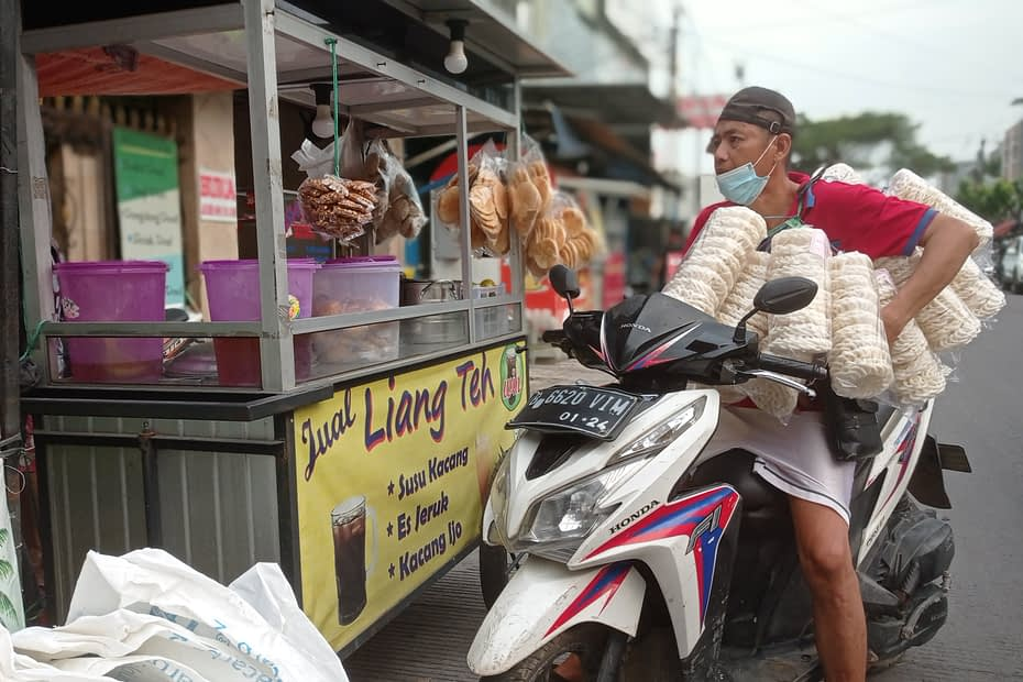 Kegiatan penjual kerupuk di Tangerang menjajakan dagangannya saat COVID-19 . LEBIHDALAM/Rendy A. Diningrat