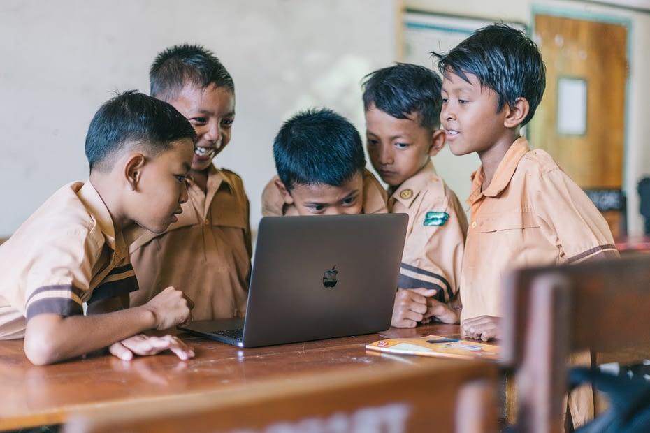 Sekumpulan anak belajar menggunakan laptop. PEXELS/Agung Pandit Wiguna