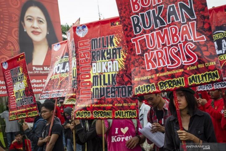 Massa Gerakan Buruh Bersama Rakyat (GEBRAK) saat menggelar aksi penolakan terhadap Omnibus Law RUU Cipta Lapangan Kerja di depan gedung DPR, Jakarta. ANTARA FOTO/Dhemas Reviyanto