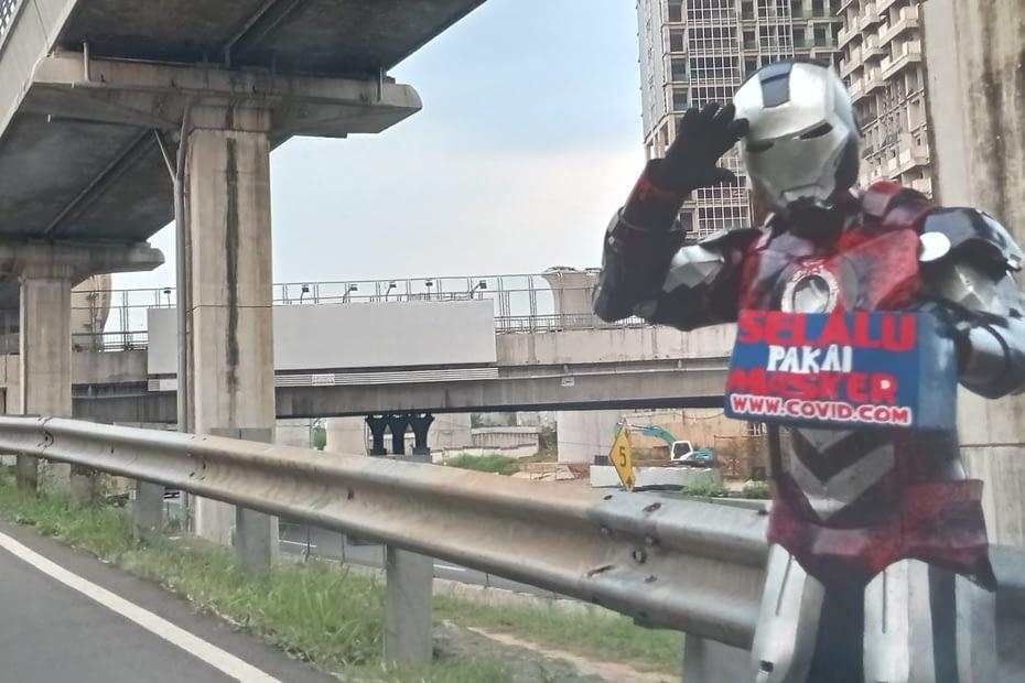 Seorang berjubah Ironman mengingatkan bahaya pandemi di Jakarta. LEBIHDALAM/Rendy A. Diningrat