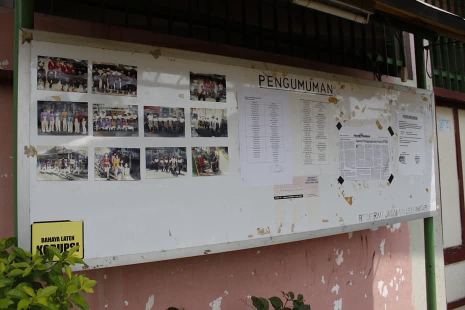 Foto sampul: Papan informasi terpasang di kampung kota di Yogyakarta. LEBIH DALAM/Rendy A. Diningrat