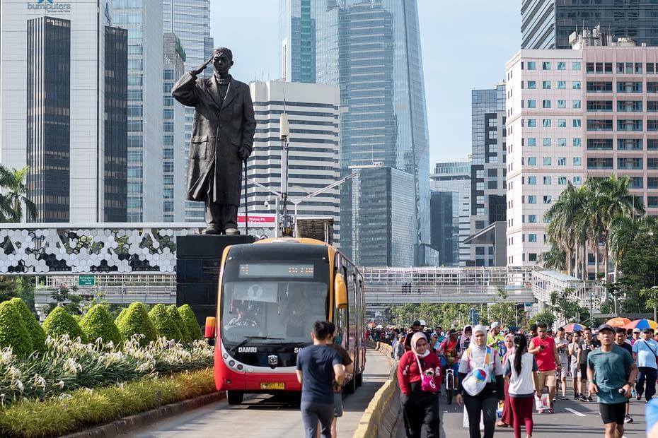 Transjakarta di tengah Kawasan Bebas Kendaraan Bermotor, Jakarta. Mukti Mulyana