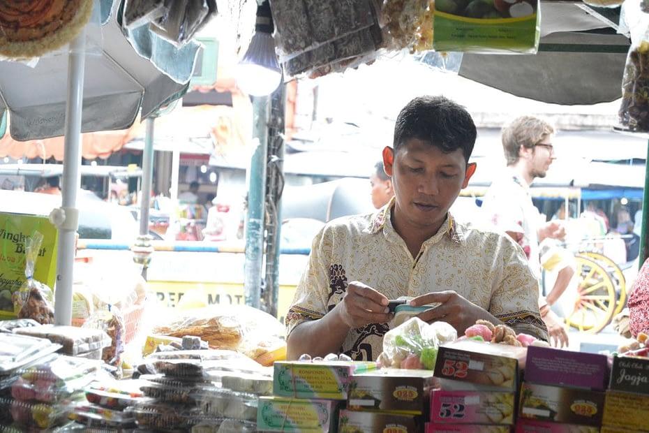 Seorang pedagang bakpia di Kawasan Malioboro, Yogyakarta, tengah menghitung penghasilan hariannya. LEBIHDALAM/Rendy A. Diningrat